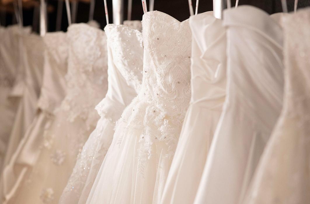 花嫁がその日最高に輝くために、豊富なデザインが館内ドレスサロンに揃います